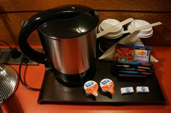 Mercure Bordeaux Centre: The coffee pot with tea and creams.