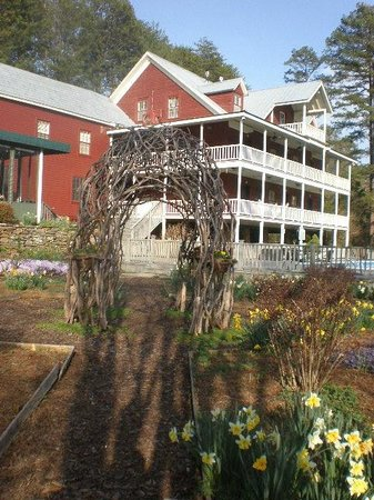 Glen-Ella Springs Inn: The rear of the inn.