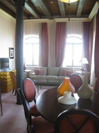 Hilton Molino Stucky Venice Hotel: Dining area in Suite