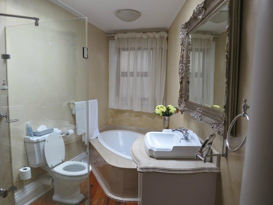 Cricklewood Manor: Beautiful restrooms