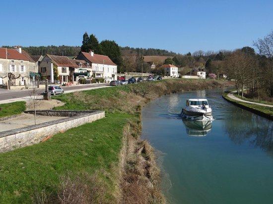 Le Marronnier: promenade le long du canal