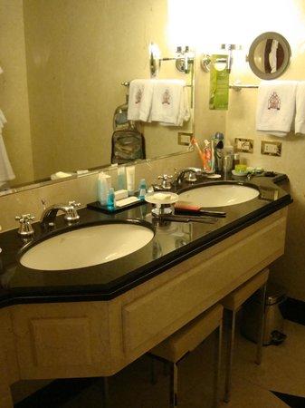 Hilton Molino Stucky Venice Hotel: Double sinks