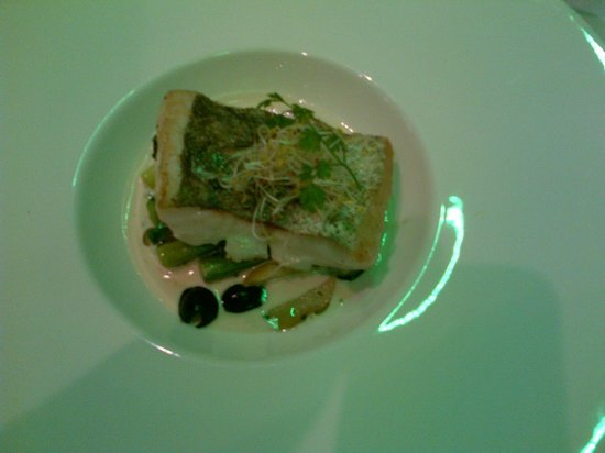 L'Eveil des Sens : merlu mi fumé olives et poireau