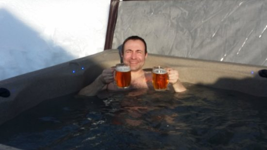 Le Chalet Chanterelle : Steve in the hot tub