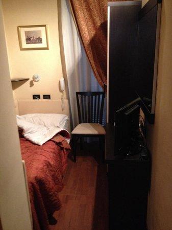 Hotel Ducale : Stanza piccola ma ergonomica con condizionatore e balconcino