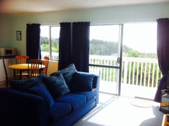 Mangawhai Retreat Apartments: Lounge/kitchen area im apartment