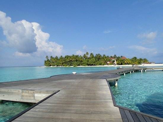 Diamonds Athuruga : Athuruga island from water villa walkway