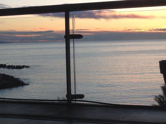 Royal Antibes Hotel, Residence, Beach & Spa : Vue mer depuis mon lit
