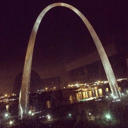 Hyatt Regency St. Louis at The Arch: Walked up to the window at night and saw this!