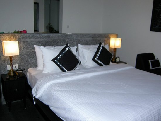 H Hotel Cambodia : Comfy and big bed (room 101, suite)