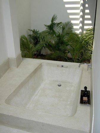 H Hotel Cambodia : Outdoor bath (room 101, suite)