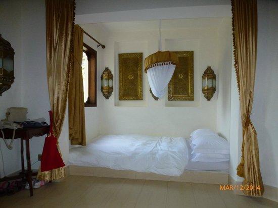 Baraza Resort & Spa : Le lit et la chambre aménagée dans le salon pour notre fille