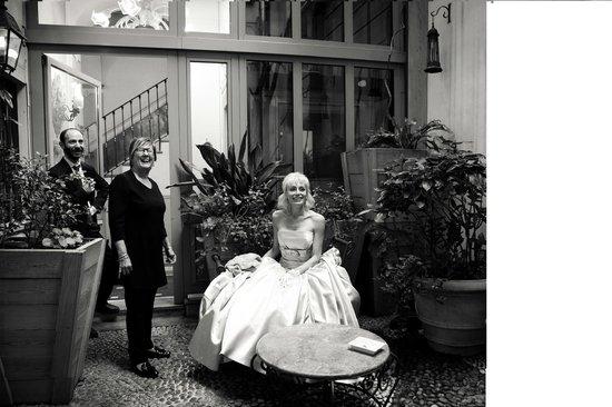 Petit Palais Hotel de Charme: Персонал отеля разделяет с нами наш праздник в милом садике