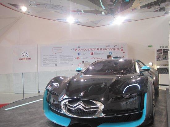 Champs-Élysées : car showroom