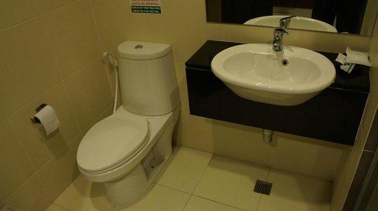 BS Premier Airport Hotel: WC und Waschbecken