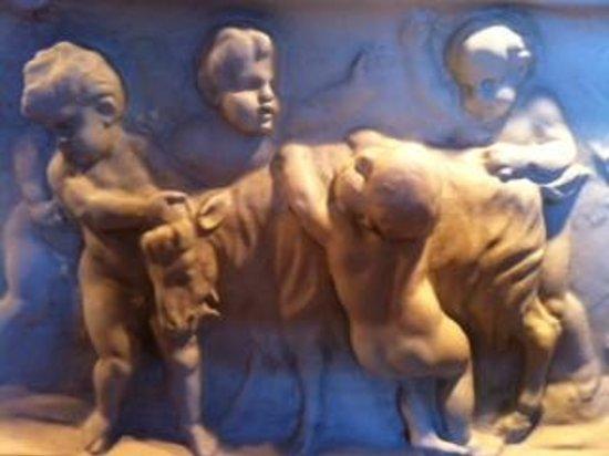 Lynfred Winery Bed & Breakfast : Sculpted Art on Italian Suite Wall