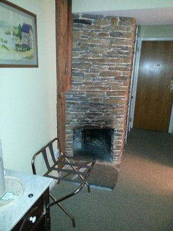 Glasbern Inn - Fogelsville / Allentown: Fireplace ( aesthetic purposes only)