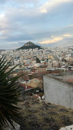 NJV Athens Plaza: Sneak view of the city , behind the Acropolis