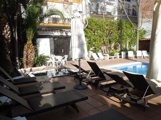 Hotel Galeón: Piscine et patio