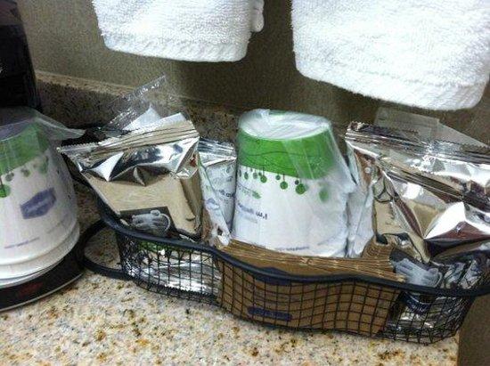 Hampton Inn & Suites Temecula: In room coffee and tea basket.