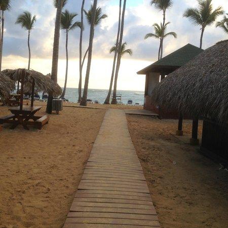 Sirenis Punta Cana Resort Casino & Aquagames: l'acces principal a la plage