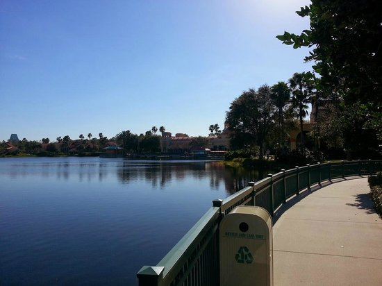 Disney's Coronado Springs Resort: Calm morning walk to lobby