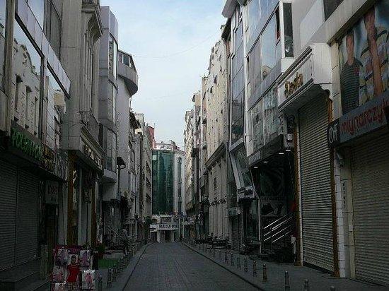 Yigitalp Hotel : Straßenansicht, das Hotel befindet sich hinten rechts