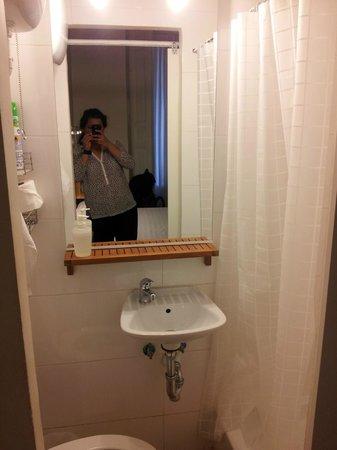 Hostal la Zona: baño