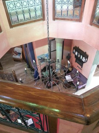 Las Palmeras : Looking down from the higher level into the foyer