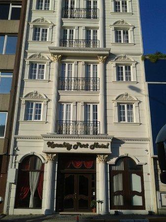 Karakoy Port Hotel: Vista frontale.
