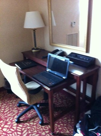 Pittsburgh Marriott North: Large desk/work area