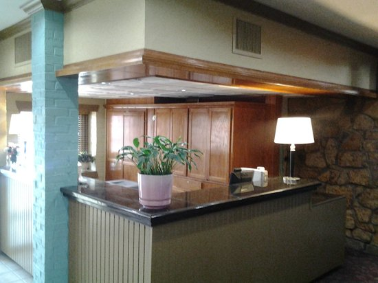 Raintree Inn: Front Desk