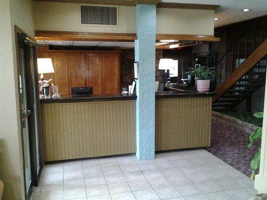 Raintree Inn: Front Desk 1