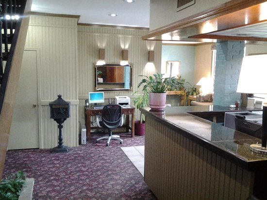 Raintree Inn: Public computer area