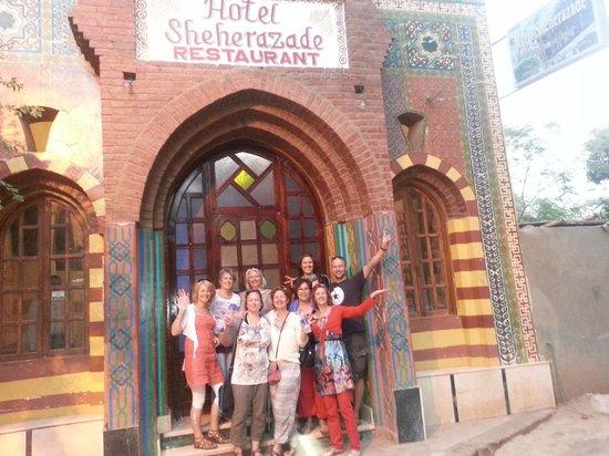 فندق شهرزاد: Met de hele groep even poseren voor dit mooie en leuke hotel
