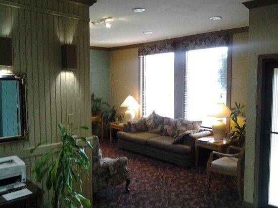 Raintree Inn: lobby seating area