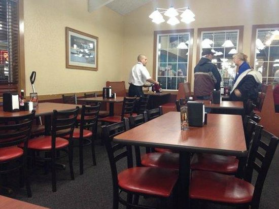 Golden Corral: Dining area.