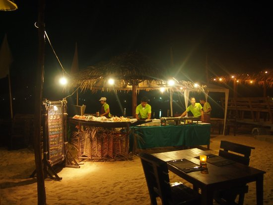 Loyfa Natural Resort: Beachrestaurant im Hotel - super Staff