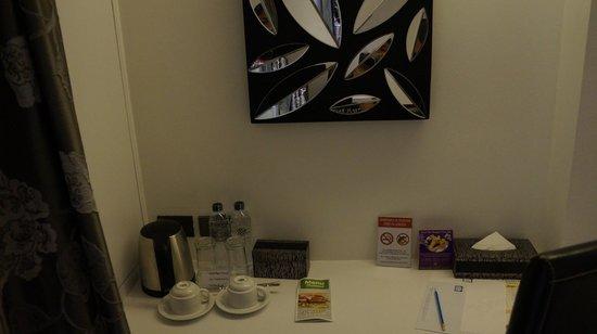 S Sukhumvit Suites: Kommode mit Wasserkocher und Tee