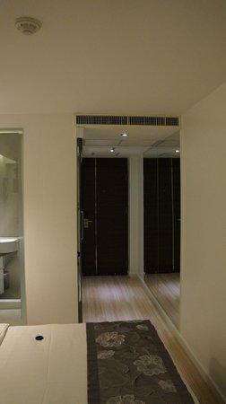 S Sukhumvit Suites: Vorderer Zimmerbereich