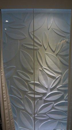 """S Sukhumvit Suites Hotel : """"Fenster"""" mit Lichtschacht"""