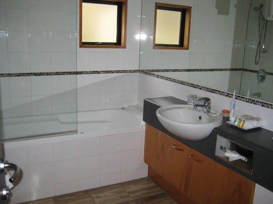 Garden Court Suites & Apartments: Spacious bathroom