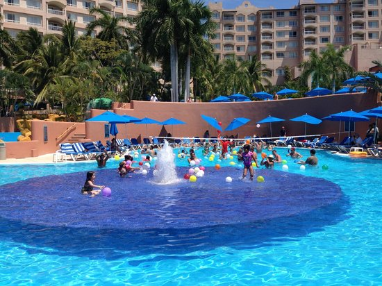Azul Ixtapa Beach Resort & Convention Center: Activities in the pool