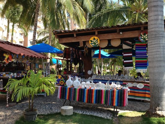 Azul Ixtapa Beach Resort & Convention Center: Paint your pottery craft area reasonable prices!