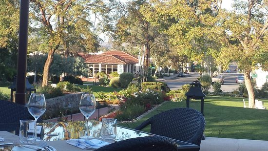 The Inn at Rancho Santa Fe, A Tribute Portfolio Hotel : View from the Outdoor Dining Area to the Village/Town