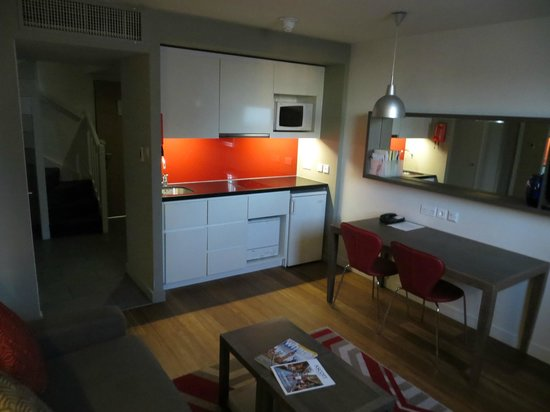 Citadines Trafalgar Square London: Living room/kitchenette