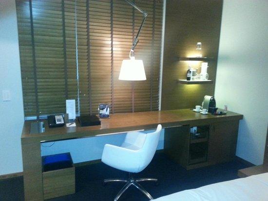 Hotel Le Germain Calgary : desk area