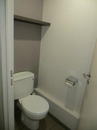 Citadines Trafalgar Square London: downstairs bathroom, tiny sink behind door