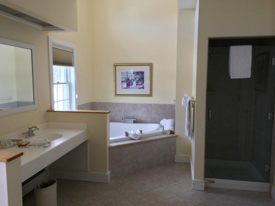Palmer House: Suite bathroom / Jacuzzi