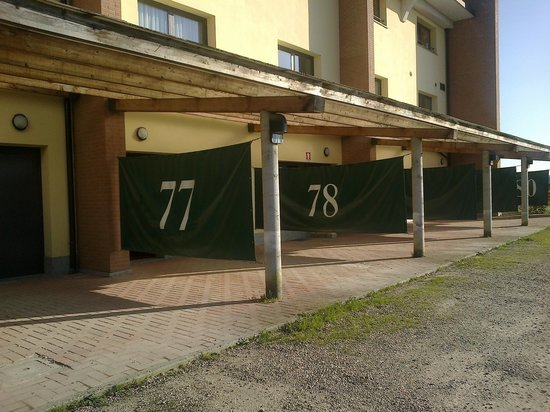 Hotel Riz : Parcheggio esterno a uso Motel